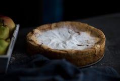 σπιτική πίτα μήλων Πίτα της Apple ξινή, συστατικά - μήλα και κανέλα στο αγροτικό ξύλινο υπόβαθρο Στοκ φωτογραφίες με δικαίωμα ελεύθερης χρήσης