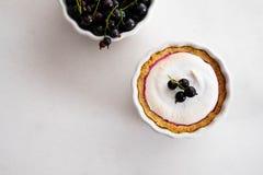Σπιτική πίτα με τα θερινά μούρα και κινηματογράφηση σε πρώτο πλάνο καφέ σε ένα πιάτο ψησίματος σε έναν άσπρο πίνακα Τοπ άποψη άνω Στοκ Εικόνα
