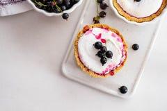 Σπιτική πίτα με τα θερινά μούρα και κινηματογράφηση σε πρώτο πλάνο καφέ σε ένα πιάτο ψησίματος σε έναν άσπρο πίνακα Τοπ άποψη άνω Στοκ Εικόνες