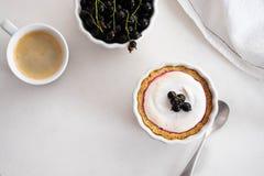Σπιτική πίτα με τα θερινά μούρα και κινηματογράφηση σε πρώτο πλάνο καφέ σε ένα πιάτο ψησίματος σε έναν άσπρο πίνακα Τοπ άποψη άνω Στοκ εικόνα με δικαίωμα ελεύθερης χρήσης