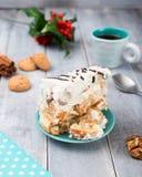 Σπιτική πίτα με την ξινή κρέμα και την ΚΑΠ του καφέ στην ξύλινη ΤΣΕ Στοκ φωτογραφία με δικαίωμα ελεύθερης χρήσης