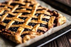 Σπιτική πίτα μούρων σε ένα ξύλινο υπόβαθρο Στοκ φωτογραφία με δικαίωμα ελεύθερης χρήσης