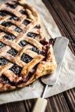 Σπιτική πίτα μούρων σε ένα ξύλινο υπόβαθρο Στοκ εικόνες με δικαίωμα ελεύθερης χρήσης