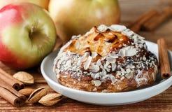 Σπιτική πίτα της Apple με τα αμύγδαλα και την κανέλα Στοκ Φωτογραφία