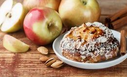 Σπιτική πίτα της Apple με τα αμύγδαλα και την κανέλα Στοκ φωτογραφίες με δικαίωμα ελεύθερης χρήσης
