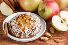 Σπιτική πίτα της Apple με τα αμύγδαλα και την κανέλα Στοκ φωτογραφία με δικαίωμα ελεύθερης χρήσης