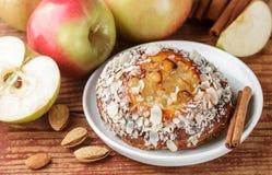 Σπιτική πίτα της Apple με τα αμύγδαλα και την κανέλα Στοκ Εικόνες