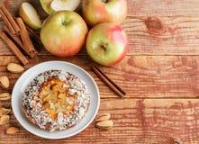 Σπιτική πίτα της Apple με τα αμύγδαλα και την κανέλα Στοκ Εικόνα