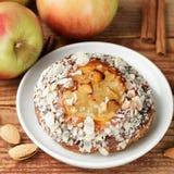 Σπιτική πίτα της Apple με τα αμύγδαλα και την κανέλα Στοκ Φωτογραφίες
