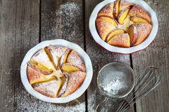 Σπιτική πίτα τυριών εξοχικών σπιτιών με τα ροδάκινα στον ξύλινο πίνακα Στοκ φωτογραφία με δικαίωμα ελεύθερης χρήσης