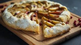 Σπιτική πίτα Galette με τα μήλα και τα τα βακκίνια Στοκ φωτογραφία με δικαίωμα ελεύθερης χρήσης
