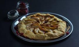 Σπιτική πίτα Galette με τα μήλα και τα τα βακκίνια Στοκ φωτογραφίες με δικαίωμα ελεύθερης χρήσης