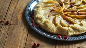 Σπιτική πίτα Galette με τα μήλα και τα τα βακκίνια Στοκ Εικόνα