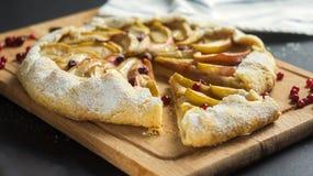 Σπιτική πίτα Galette με τα μήλα και τα τα βακκίνια Στοκ εικόνα με δικαίωμα ελεύθερης χρήσης