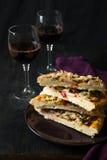 Σπιτική πίτσα με το κόκκινο κρασί Στοκ φωτογραφία με δικαίωμα ελεύθερης χρήσης