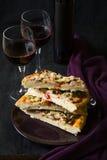 Σπιτική πίτσα με το κόκκινο κρασί Στοκ εικόνες με δικαίωμα ελεύθερης χρήσης