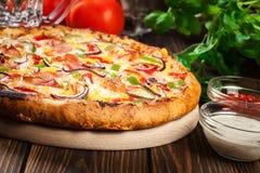 Σπιτική πίτσα με το μπέϊκον, την πάπρικα και το καλαμπόκι Στοκ εικόνα με δικαίωμα ελεύθερης χρήσης