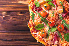Σπιτική πίτσα με το μπέϊκον, τις ντομάτες, το σπανάκι, το arugula και το τυρί Στοκ Φωτογραφία