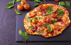 Σπιτική πίτσα με το μπέϊκον, τις ντομάτες, το σπανάκι, το arugula και το τυρί Στοκ εικόνα με δικαίωμα ελεύθερης χρήσης