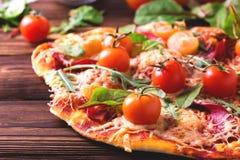 Σπιτική πίτσα με το μπέϊκον, τις ντομάτες, το σπανάκι, το arugula και το τυρί Στοκ φωτογραφίες με δικαίωμα ελεύθερης χρήσης