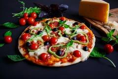 Σπιτική πίτσα με το σαλάμι, τις μαύρους ελιές και το βασιλικό Στοκ φωτογραφίες με δικαίωμα ελεύθερης χρήσης