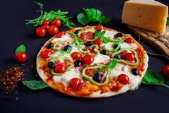 Σπιτική πίτσα με το σαλάμι, τις μαύρους ελιές και το βασιλικό Στοκ φωτογραφία με δικαίωμα ελεύθερης χρήσης