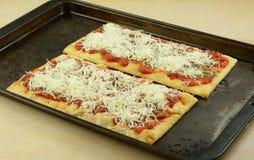 Σπιτική πίτσα στο flatbread Στοκ εικόνα με δικαίωμα ελεύθερης χρήσης