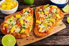 Σπιτική πίτσα της Χαβάης Flatbread με τη σάλτσα γιαουρτιού επιδέσμου κοτόπουλου και ανανά Στοκ Εικόνες