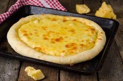 Σπιτική πίτσα τυριών, τρόφιμα Heorgian - Hachapuri στο ξύλινο υπόβαθρο Εκλεκτική εστίαση Στοκ Εικόνες