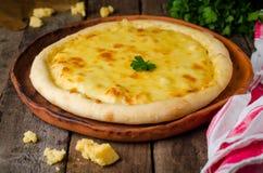 Σπιτική πίτσα τυριών, τρόφιμα Heorgian - Hachapuri στο ξύλινο υπόβαθρο Εκλεκτική εστίαση Στοκ Φωτογραφία