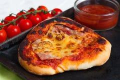 σπιτική πίτσα Στοκ εικόνες με δικαίωμα ελεύθερης χρήσης