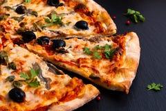 Σπιτική πίτσα Napoli ή πίτσα αντσουγιών στη μαύρη πέτρα πλακών στοκ εικόνες