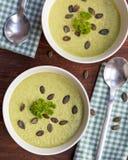 Σπιτική πράσινη σούπα κρέμας μπρόκολου που εξυπηρετείται στο άσπρο κύπελλο Στοκ Φωτογραφία