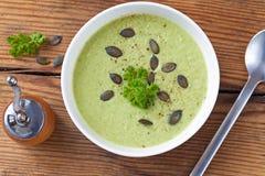 Σπιτική πράσινη σούπα κρέμας μπρόκολου που εξυπηρετείται στο άσπρο κύπελλο Στοκ φωτογραφία με δικαίωμα ελεύθερης χρήσης