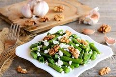 Σπιτική πράσινη συνταγή σαλάτας φασολιών Βαλσαμική πράσινη σαλάτα φασολιών με το κρεμώδες τυρί, τα τραγανά ξύλα καρυδιάς, το σκόρ Στοκ φωτογραφίες με δικαίωμα ελεύθερης χρήσης