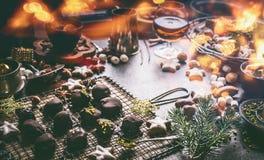 Σπιτική πραλίνα σοκολάτας στο σκοτεινό πίνακα με τα καρύδια, marshmallows και τα μπισκότα Χριστουγέννων αστεριών κανέλας Κουζίνα  στοκ φωτογραφία με δικαίωμα ελεύθερης χρήσης