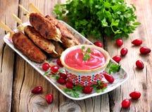 Σπιτική σάλτσα dogberry με το κρέας kebabs στα ξύλινα οβελίδια Στοκ Φωτογραφίες