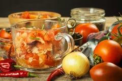 Σπιτική σαλάτα των πιπεριών ντοματών, τυριών και τσίλι τρόφιμα σιτηρεσίου υγιή πρόγευμα υγιές Στοκ Εικόνες