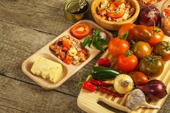 Σπιτική σαλάτα των πιπεριών ντοματών, τυριών και τσίλι τρόφιμα σιτηρεσίου υγιή πρόγευμα υγιές Στοκ φωτογραφία με δικαίωμα ελεύθερης χρήσης