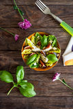 Σπιτική σαλάτα με τα σύκα, το τυρί αιγών και τα καρύδια πεύκων Στοκ φωτογραφίες με δικαίωμα ελεύθερης χρήσης