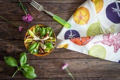 Σπιτική σαλάτα με τα σύκα, το τυρί αιγών και τα καρύδια πεύκων Στοκ εικόνες με δικαίωμα ελεύθερης χρήσης