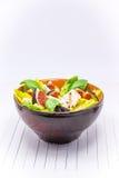 Σπιτική σαλάτα με τα σύκα, το τυρί αιγών και τα καρύδια πεύκων Στοκ Εικόνες
