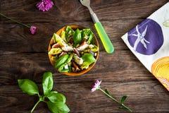 Σπιτική σαλάτα με τα σύκα, το τυρί αιγών και τα καρύδια πεύκων Στοκ Εικόνα