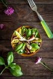 Σπιτική σαλάτα με τα σύκα, το τυρί αιγών και τα καρύδια πεύκων Στοκ Φωτογραφία