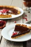 Σπιτική σοκολάτα ξινή με το ρόδι στο γκρίζο ξύλινο υπόβαθρο Στοκ Εικόνες