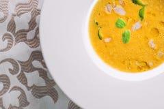 Σπιτική σούπα κολοκύθας Healhty με το χορτάρι στο άσπρο πιάτο, φωτογραφία προϊόντων για το εστιατόριο και γαστρονομία στοκ φωτογραφίες