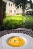 Σπιτική σούπα κολοκύθας Healhty με το χορτάρι στο άσπρο πιάτο, φωτογραφία προϊόντων για το εστιατόριο και γαστρονομία στοκ φωτογραφίες με δικαίωμα ελεύθερης χρήσης