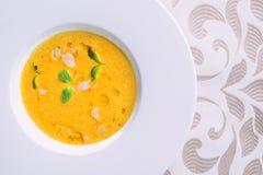 Σπιτική σούπα κολοκύθας Healhty με το χορτάρι στο άσπρο πιάτο, φωτογραφία προϊόντων για το εστιατόριο και γαστρονομία στοκ εικόνες