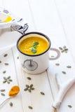 Σπιτική σούπα κρέμας κολοκύθας σε ένα άσπρο υπόβαθρο Στοκ φωτογραφία με δικαίωμα ελεύθερης χρήσης