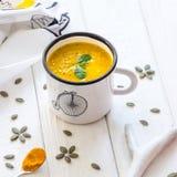 Σπιτική σούπα κρέμας κολοκύθας σε ένα άσπρο υπόβαθρο Στοκ Εικόνες